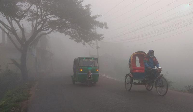 ঘন কুয়াশায় ঢাকা রাজধানী